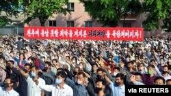 북한이 탈북민 단체의 대북전단 살포와 남한 정부의 대응을 강하게 비난하는 가운데, 노동계급과 직맹원들의 항의군중집회가 지난 7일 개성시문화회관 앞마당에서 진행됐다.