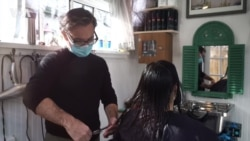 Красота во время пандемии: как вашингтонский парикмахер открыл салон во дворе своего дома?