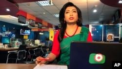 Pembawa berita transgender pertama Bangladesh Tashnuva Anan Shishir membaca buletin berita, di Dhaka, Bangladesh, Selasa, 9 Maret 2021. (Foto: dok).
