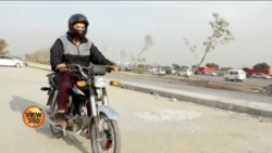 موٹر سائیکل چلانے والی خواتین کو 'منفی رویوں' کا سامنا