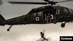 Un helicóptero del Grupo de Tarea Bravo visto durante una operación de ayuda.