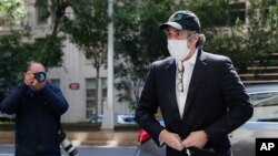 Bivši lični advokat predsednika Trampa, Majkl Koen ispred svog stana u Njujorku, 21. maja 2020. Koen je pušten iz federalnog zatvora u maju zbog pandemije koronavirusa, ali je ubrzo zatim vraćen u zatvor.