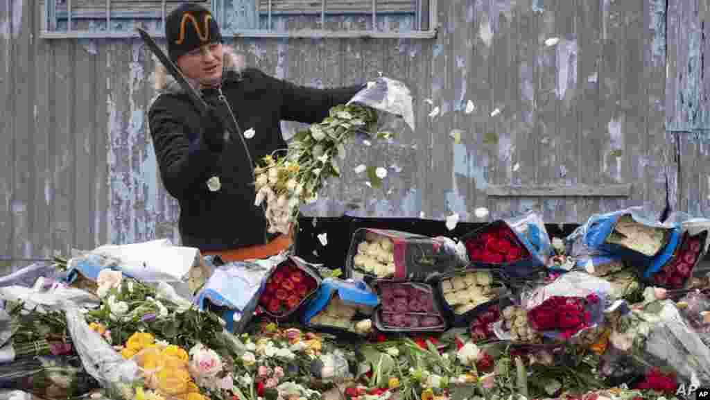 러시아 상트페테르부르크의 꽃가게 직원이 팔리지 않은 꽃들을 쓰레기장에 폐기하고 있다. 상트페테르부르크는 신종 코로나바이러스 감염증(COVID-19) 확산을 막기 위해 식료품점을 제외한 모든 상점에 영업정지 명령 조치를 내렸다.
