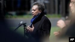 Wali Kota Chicago Lori Lightfoot berbicara dalam konferensi pers di depan Lapangan Wrigley di Chicago, 16 April 2020.