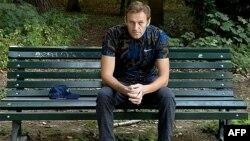 俄罗斯反对派领导人阿列克谢·纳瓦尔尼坐在柏林的一张长椅上。(2020年9月23日)