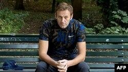 លោក Alexie Navalny មេដឹកនាំគណបក្សប្រឆាំងរុស្ស៊ី អង្គុយលើកៅអី នៅទីក្រុងប៊ែរឡាំង ប្រទេសអាល្លឺម៉ង់ កាលពីថ្ងៃទី២៣ ខែកញ្ញា ឆ្នាំ២០២០។