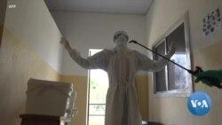 Ebola: préparatifs d'une équipe de riposte dans un centre médical guinéen