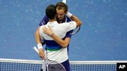 ျပဳိင္ပဲြအႏိုင္ရအၿပီး ႏႈတ္ဆက္ေနတဲ့ Daniil Medvedev (႐ုရွား - ညာ) နဲ႔ Novak Djokovic (ဆားဗီးယား - ေၾကာေပးထားသူ) [12, 2021, in New York]