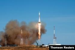 미국 항공 우주국(NASA)과 러시아 연방 우주국 로스코스모스(Roscosmos) 우주인들을 태운 러시아의 소유즈(Soyuz) MS-17 우주선이 카자흐스탄에 있는 바이코누르 코스모드롬(Baikonur Cosmodrome) 우주기지 발사대에서 이륙하고 있다.