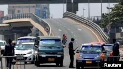 Une barrière de police à Accra, Ghana, le 31 mars 2020.