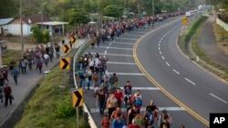 지난 4월, 중미 국가 출신 수백 명이 미국에 망명을 신청하기 위해 멕시코를 지나오고 있다.