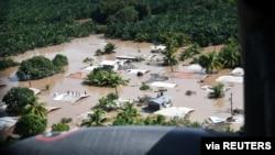 Hondureños parados en tejados rodeados por las inundaciones dejadas por el huracán Eta en San Pedro Sula, Honduras, el 7 de noviembre de 2020.