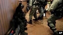 Policia duke arrestuar një protestues në Hong Kong, 25 dhjetor 2019