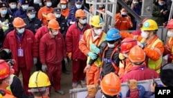 Dua puluh dua penambang China diselamatkan setelah terperangkap selama dua minggu dalam tambang emas di Qixia, Shandong, China timur, 24 Januari 2021. (Foto: AFP)