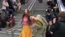 看天下: 雅典地铁站上演莎士比亚剧片段