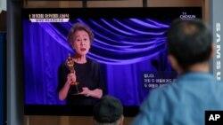 제93회 아카데미 수상식에서 영화 '미나리'에 출연했던 한국 배우 윤여정 씨가 여우조연상을 수상하는 모습이 26일 서울 기차역 대형 스크린에 보도되고 있다.