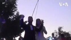 无惧疫情威胁 埃及夫妇街头庆祝新婚
