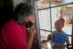 دیدار با مادربزرگ مبتلا به دیابت از پشت پنجره