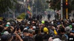 Affrontements entre la police anti-émeute et les manifestants lors d'une manifestation contre la réforme fiscale à Bogotá, Colombie, le 28 avril 2021.