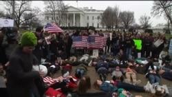美国学生们在白宫前倒地请愿 敦促白宫加强枪枝管制