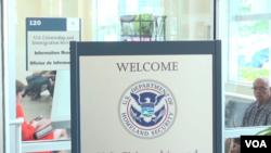 Hace aproximadamente un año, la Casa Blanca impuso varias medidas restrictivas para frenar la propagación del coronavirus en Estados Unidos. Entre ellas, canceló la emisión de nuevas visas de trabajo y de estudiante. [Foto de archivo]