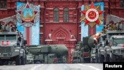Ruska vojna vozila, uključujući i pokretne lansere interkontinentalne balističke rakete Jars, tokom parade na Crvenom trgu, povodom 76. godišnjice pobede nad nacističkom Nemačkom u Drugom svetskom ratu, u Moskvi, 9. maja 2021.