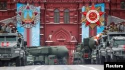 Парад РФ - російські бойові машини, включаючи міжконтинентальну ракетну установку «Ярс» під час параду 9 травня в Москві, Росія.