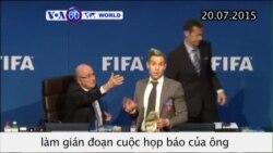 Diễn viên hài phá bĩnh cuộc họp báo của Chủ tịch FIFA (VOA60)