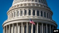 La bandera estadounidense ondea en el Capitolio de Estados Unidos el 6 de noviembre de 2020 en Washington, DC. [Foto: AFP]