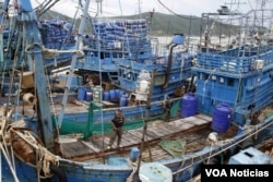 Policías tailandeses realizan una inspección de un barco de pesca en Songkhla, en el sur de Tailandia. Diciembre 23, 2015.