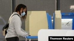 Votantes en Minnesota van a las urnas para la votación anticipada de cara a los comicios presidenciales de noviembre, el 18 de septiembre de 2020.