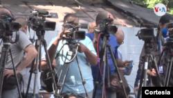 Cámaras de medios de comunicación se ven en Caracas. Captura de video.