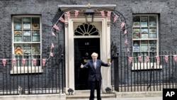 Perdana Menteri Inggris Boris Johnson berbicara kepada para jurnalis di luar Downing Street, untuk menandai peringatan 75 tahun Hari VE, di London, 8 Mei 2020. (Foto: AP)