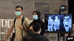 Pemeriksaan suhu di Bandara Internasional Changi di Singapura, 27 Februari 2020. (Foto: AFP)