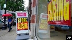 Un peatón pasa frente a una tienda que anuncia su cierre. La pandemia sigue afectando la economía de EE. UU., pero se espera que el avance de las vacunaciones genere una fuerte recuperación.