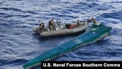La embarcación interceptada por el ejército de EE.UU. llevaba aproximadamente 3.000 libras de cocaína, dijeron las autoridades. [Foto cortesía de la Guardia Costera de EE.UU.].