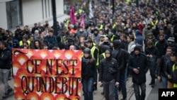 """在法国南特,抗议者举着""""一切刚刚开始""""的横幅,游行纪念""""黄背心""""运动爆发一周年。(2019年11月16日)"""