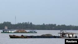 越南船只2018年12月16日在湄公河上运沙。
