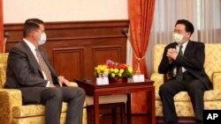 키스 크라크 미 국무부 경제담당 차관과 조셉 우 타이완 외무장관이 18일 타이베이에서 회담했다.