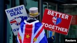 Pengunjuk rasa anti-Brexit Steve Bray berdemonstrasi di luar pusat konferensi tempat negosiasi kesepakatan perdagangan Brexit berlangsung di London, Inggris, 9 November 2020. (Foto: Reuters)