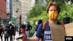 Personas entregan bebidas y alimentos gratis a los manifestantes el 2 de junio de 2020.