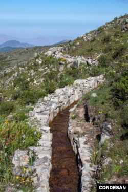 A diversion canal as part of the pre-Inca infiltration system during the wet season. Canals like this divert water during the wet season to zones of high permeability. (M. Briceño, CONDESAN, 2012)