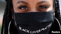 """په مینیسوټا ایالت کې یوه مظاهره کوونکې چې په ماسک کې یي لیکل شوي """"د تورپوستو ژوند مهم"""" دی."""