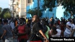 Cubanos gritan consignas contra el gobierno de Cuba durante una protesta en La Habana, el domingo 11 de julio de 2021..