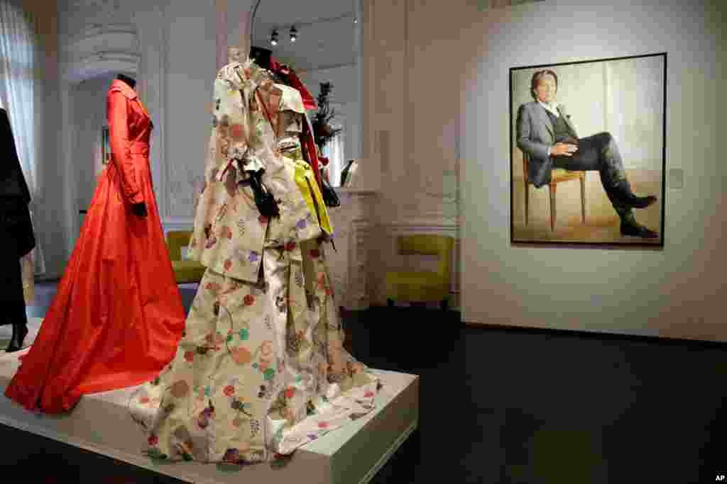 لباسهای طرح کنتو تاکادا طراح فقید ژاپنی مقیم پاریس، همراه با مبلمان و سایر اقلام متعلق به او در یک حراجی در پاریس برای فروش.