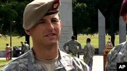 Sersan Mayor Thomas Payne saat diwawancara sebagai pemenang kompetisi Ranger Terbaik, di Fort Benning,16 April 2012.