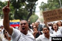 ARCHIVO - El gremio de salud de Venezuela protesta regularmente por la falta de atención del gobierno al sector, especialmente la escasez de insumos en medio de la pandemia del coronavirus.