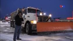 Hispanos limpian las carreteras de la nieve