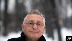 ARCHIVO – En esta fotografía del 13 de febrero de 2013 el drirector galardonado con el Oscar Jiri Menzel posa en Praga, República Checa. Menzel falleció el sábado 5 de septiembre de 2020 a los 82 años.