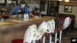 ថង់ប្លាស្ទិកត្រូវបានគេដាក់ដើម្បីលើកកម្ពស់គម្លាតសង្គមនៅភោជនីយដ្ឋាន Waffle House នៅក្នុងក្រុង Savannah រដ្ឋ Georgia កាលពីថ្ងៃទី២៧ ខែមេសា ឆ្នាំ២០២០។